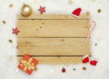 Διακόσμηση Χριστουγέννων, πλαίσιο του τεχνητού χιονιού στο ξύλινο υπόβαθρο στοκ φωτογραφίες