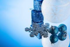 Διακόσμηση Χριστουγέννων σε έναν καθρέφτη Στοκ εικόνες με δικαίωμα ελεύθερης χρήσης