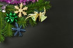 Διακόσμηση Χριστουγέννων σε ένα ξύλινο χαρτόνι αφηρημένο ανασκόπησης Χριστουγέννων σκοτεινό διακοσμήσεων σχεδίου λευκό αστεριών π Στοκ Φωτογραφίες