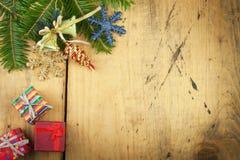 Διακόσμηση Χριστουγέννων σε ένα ξύλινο χαρτόνι αφηρημένο ανασκόπησης Χριστουγέννων σκοτεινό διακοσμήσεων σχεδίου λευκό αστεριών π Στοκ εικόνα με δικαίωμα ελεύθερης χρήσης