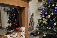 Διακόσμηση Χριστουγέννων στα δέντρα και τον πίνακα στοκ φωτογραφία