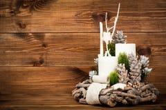 Διακόσμηση Χριστουγέννων - στεφάνι και στο ξύλινο υπόβαθρο Στοκ Εικόνες