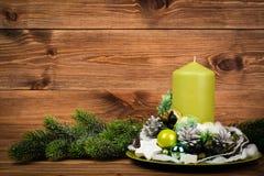 Διακόσμηση Χριστουγέννων - στεφάνι Χριστουγέννων και κωνοφόρος κλάδος στο ξύλινο υπόβαθρο Στοκ εικόνα με δικαίωμα ελεύθερης χρήσης