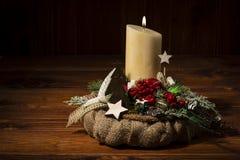 Διακόσμηση Χριστουγέννων - στεφάνι Χριστουγέννων και κωνοφόρος κλάδος στο ξύλινο υπόβαθρο Στοκ Φωτογραφίες