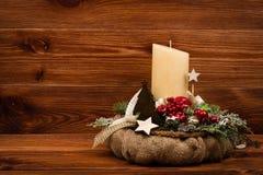 Διακόσμηση Χριστουγέννων - στεφάνι Χριστουγέννων και κωνοφόρος κλάδος στο ξύλινο υπόβαθρο Στοκ Εικόνα