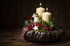 Διακόσμηση Χριστουγέννων - στεφάνι Χριστουγέννων και κωνοφόρος κλάδος στο ξύλινο υπόβαθρο Στοκ φωτογραφία με δικαίωμα ελεύθερης χρήσης
