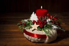 Διακόσμηση Χριστουγέννων - στεφάνι Χριστουγέννων στο ξύλινο υπόβαθρο Στοκ Εικόνες