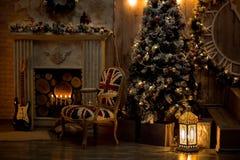 Διακόσμηση Χριστουγέννων στην άνετη σοφίτα σπιτιών, κουβέρτα κιβωτίων παιχνιδιών διακοσμήσεων καρεκλών κιθάρων χριστουγεννιάτικων στοκ εικόνες με δικαίωμα ελεύθερης χρήσης