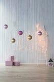 Διακόσμηση Χριστουγέννων στην άσπρη ανασκόπηση Ρόδινα κιβώτια δώρων με χρυσό και τις σφαίρες Στοκ εικόνες με δικαίωμα ελεύθερης χρήσης