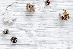 Διακόσμηση Χριστουγέννων στην γκρίζα ξύλινη τοπ άποψη υποβάθρου copyspace Στοκ φωτογραφία με δικαίωμα ελεύθερης χρήσης
