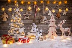 Διακόσμηση Χριστουγέννων στην ξύλινη ανασκόπηση στοκ φωτογραφίες