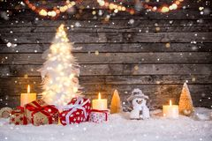 Διακόσμηση Χριστουγέννων στην ξύλινη ανασκόπηση στοκ εικόνες με δικαίωμα ελεύθερης χρήσης