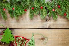 Διακόσμηση Χριστουγέννων στην ξύλινη ανασκόπηση στοκ εικόνα με δικαίωμα ελεύθερης χρήσης