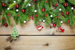 Διακόσμηση Χριστουγέννων στην ξύλινη ανασκόπηση στοκ φωτογραφία