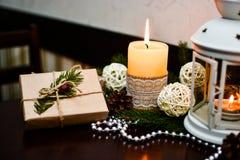 Διακόσμηση Χριστουγέννων στον ξύλινο πίνακα στον καφέ Στοκ εικόνες με δικαίωμα ελεύθερης χρήσης