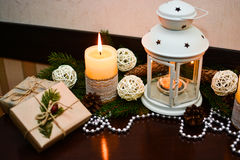 Διακόσμηση Χριστουγέννων στον ξύλινο πίνακα στον καφέ Στοκ εικόνα με δικαίωμα ελεύθερης χρήσης