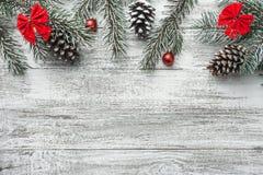 Διακόσμηση Χριστουγέννων στον παλαιό ξύλινο πίνακα grunge Στοκ φωτογραφία με δικαίωμα ελεύθερης χρήσης