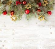 Διακόσμηση Χριστουγέννων στον παλαιό ξύλινο πίνακα grunge Στοκ Φωτογραφία