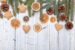 Διακόσμηση Χριστουγέννων στον παλαιό ξύλινο πίνακα grunge Στοκ Εικόνα