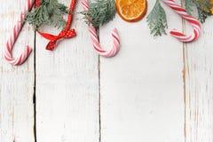 Διακόσμηση Χριστουγέννων στον παλαιό ξύλινο πίνακα grunge Στοκ Φωτογραφίες