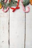 Διακόσμηση Χριστουγέννων στον παλαιό ξύλινο πίνακα grunge Στοκ φωτογραφίες με δικαίωμα ελεύθερης χρήσης