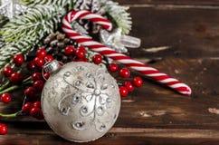 Διακόσμηση Χριστουγέννων στους ξύλινους πίνακες Στοκ φωτογραφίες με δικαίωμα ελεύθερης χρήσης