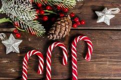 Διακόσμηση Χριστουγέννων στους ξύλινους πίνακες Στοκ φωτογραφία με δικαίωμα ελεύθερης χρήσης