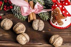 Διακόσμηση Χριστουγέννων στους ξύλινους πίνακες Στοκ εικόνα με δικαίωμα ελεύθερης χρήσης