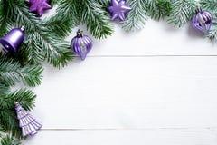 Διακόσμηση Χριστουγέννων στο άσπρο ξύλινο υπόβαθρο Στοκ εικόνες με δικαίωμα ελεύθερης χρήσης