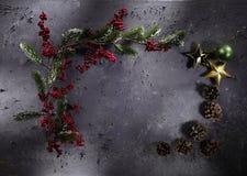 Διακόσμηση Χριστουγέννων στο γκρίζο υπόβαθρο πετρών στοκ εικόνες