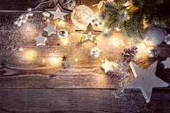 Διακόσμηση Χριστουγέννων στο εκλεκτής ποιότητας ύφος σε παλαιό στοκ φωτογραφία με δικαίωμα ελεύθερης χρήσης