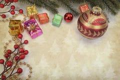 Διακόσμηση Χριστουγέννων στο εκλεκτής ποιότητας υπόβαθρο Στοκ Φωτογραφίες