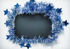 Διακόσμηση Χριστουγέννων στο εκλεκτής ποιότητας ύφος Τονισμένη φωτογραφία του μπλε στεφανιού κορδελλών Στοκ Φωτογραφία