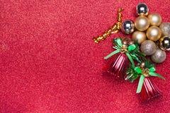 Διακόσμηση Χριστουγέννων στο κόκκινο υπόβαθρο Στοκ φωτογραφία με δικαίωμα ελεύθερης χρήσης