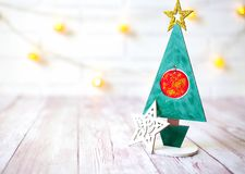 Διακόσμηση Χριστουγέννων στο ξύλινο υπόβαθρο πέρα από τον άσπρο τοίχο, κινηματογράφηση σε πρώτο πλάνο Στοκ εικόνα με δικαίωμα ελεύθερης χρήσης