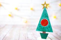 Διακόσμηση Χριστουγέννων στο ξύλινο υπόβαθρο πέρα από τον άσπρο τοίχο, κινηματογράφηση σε πρώτο πλάνο Στοκ εικόνες με δικαίωμα ελεύθερης χρήσης
