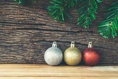 Διακόσμηση Χριστουγέννων στο ξύλινο υπόβαθρο, χρυσός σφαιρών Χριστουγέννων, Στοκ Εικόνες