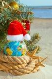 Διακόσμηση Χριστουγέννων στο υπόβαθρο θάλασσας στοκ φωτογραφία