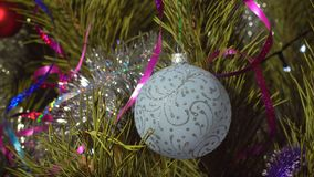 Διακόσμηση Χριστουγέννων στο χριστουγεννιάτικο δέντρο απόθεμα βίντεο