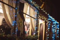 Διακόσμηση Χριστουγέννων στο όχημα τραμ στοκ φωτογραφία