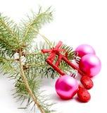 Διακόσμηση Χριστουγέννων, σφαίρες, σημείωση μουσικής και κλάδος πεύκων Στοκ φωτογραφία με δικαίωμα ελεύθερης χρήσης