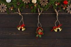 Διακόσμηση Χριστουγέννων, σχοινί σπάγγου με τα κουδούνια Χριστουγέννων και στεφάνι Υπόβαθρο πλαισίων γιρλαντών Στοκ εικόνα με δικαίωμα ελεύθερης χρήσης