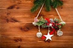 Διακόσμηση Χριστουγέννων - σύνθεση που γίνεται από τους κωνοφόρους κλάδους στο ξύλινο υπόβαθρο Στοκ Φωτογραφίες