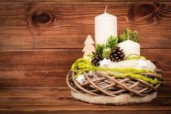 Διακόσμηση Χριστουγέννων - σύνθεση Χριστουγέννων με το στεφάνι και τα κεριά στο ξύλινο υπόβαθρο Στοκ Φωτογραφία