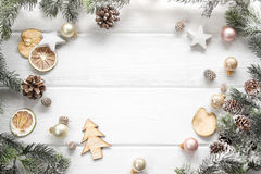 Διακόσμηση Χριστουγέννων του δέντρου έλατου και του κώνου κωνοφόρων στο ξύλο backgr Στοκ φωτογραφίες με δικαίωμα ελεύθερης χρήσης