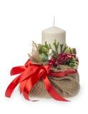 Διακόσμηση Χριστουγέννων - τσάντα με το κερί, τα μούρα και την κορδέλλα Στοκ Εικόνες