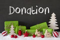 Διακόσμηση Χριστουγέννων, τσιμέντο, χιόνι, δωρεά κειμένων Στοκ φωτογραφίες με δικαίωμα ελεύθερης χρήσης