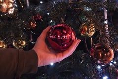 Διακόσμηση Χριστουγέννων υπό εξέταση με το bokeh στοκ εικόνες με δικαίωμα ελεύθερης χρήσης