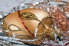 Διακόσμηση Χριστουγέννων, χρυσή καρδιά με τα ασημένια και κόκκινα λωρίδες Στοκ φωτογραφίες με δικαίωμα ελεύθερης χρήσης