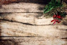 Διακόσμηση Χριστουγέννων ως σύνορα με το copyspace στην ξύλινη παλαιά ΤΣΕ Στοκ Εικόνες